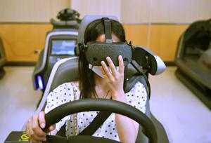 សិស្សពាក់ម៉ាស៊ីន VR រៀនបើកបរ  មូលដ្ឋានហ្វឹកហាត់បើកបរវៃឆ្លាតដំបូងនៃខេត្តយូណានត្រូវបានបង្កើតឡើង