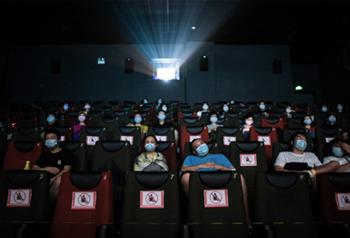 เยี่ยมชมวันแรกของการเปิดโรงหนังในจีนหลังเหตุการณ์โควิด