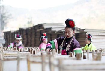 เร่งประดิษฐ์กระดาษสาลายดอกไม้ต้อนรับเทศกาลตรุษจีน