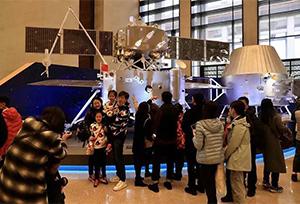 Mẫu vật mặt trăng ra mắt công chúng tại Viện Bảo tàng Quốc gia Trung Q