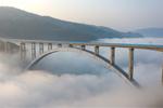 สะพานข้ามทางรถไฟหนานผานเจียงพาดผ่านทะเลหมอก
