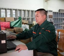 တရုတ္-ျမန္မာ နယ္စပ္ေဒသတြင္ လုပ္ကုိင္ေသာ စာပုိ႔သမားသံုးဦး