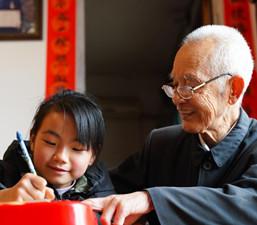 အသက္ ၈၀ ႏွစ္ေက်ာ္အ႐ြယ္ရွိ အဖိုးအိုသည္ အႀကံေပးသင္တန္းဖြင့္လွစ္ၿပီး မိဘမ်ား၏ ေစာင့္ေရွာက္မႈႏွင့္ကင္းကြာေနေသာ ကေလးမ်ားကို ေစာင့္ေရွာက္