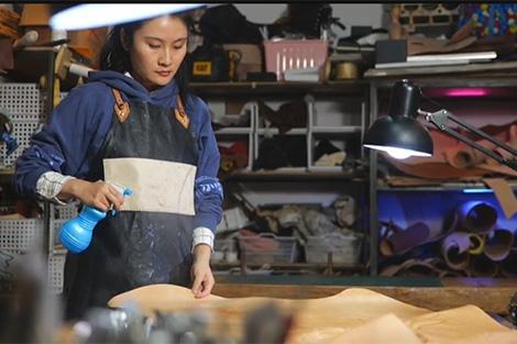 #ThiênSơnNamBắc Làm quen người thợ chạm khắc trên da ở Urumqi