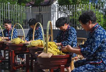 Trung Quốc: Mùa thu hoạch kén tằm ở vùng nghề truyền thống 4.000 năm