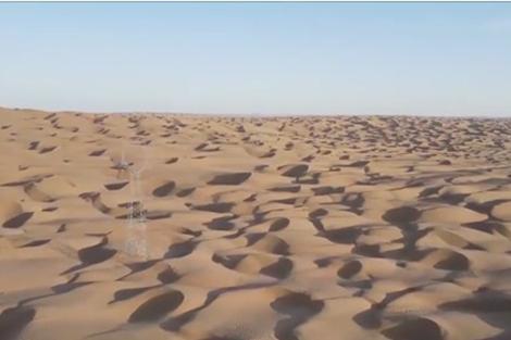 Thợ điện làm việc trên sa mạc lớn nhất Trung Quốc