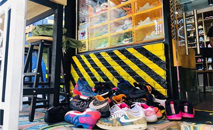 """Nghề nghiệp mới ở Trung Quốc: Bạn từng nghe đến """"thợ sửa giầy"""" chưa?"""