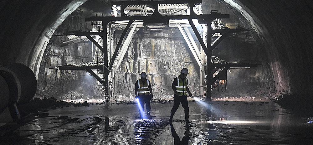 夜幕下的中国高铁建设者