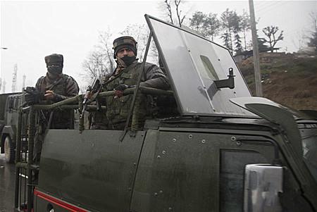 印控克什米尔地区发生自杀式袭击事件至少30人死亡