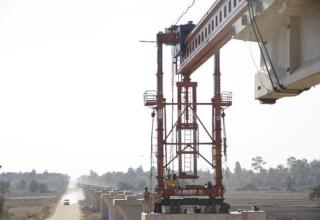เริ่มวางคานสะพานของทางรถไฟจีน-ลาวสายที่ยาวที่สุด