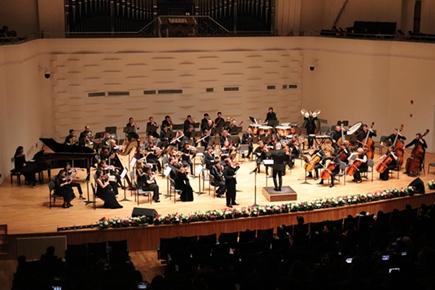 အိပ္မက္ေဖာ္ေဆာင္သူ -- ကူမင္းအႏုပညာအသက္ေမြးဝမ္းေက်ာင္းေကာလိပ္ ႏိုင္ငံတကာ Philharmonic သံစုံတီးဝိုင္း ။  ။ ႏိုင္ငံေပါင္း ၁၀ ႏိုင္ငံမွ ဂီတသမား ၆၀ ေက်ာ္သည္ ခ်စ္ေသာယူနန္မွာဆိုတီးၾက