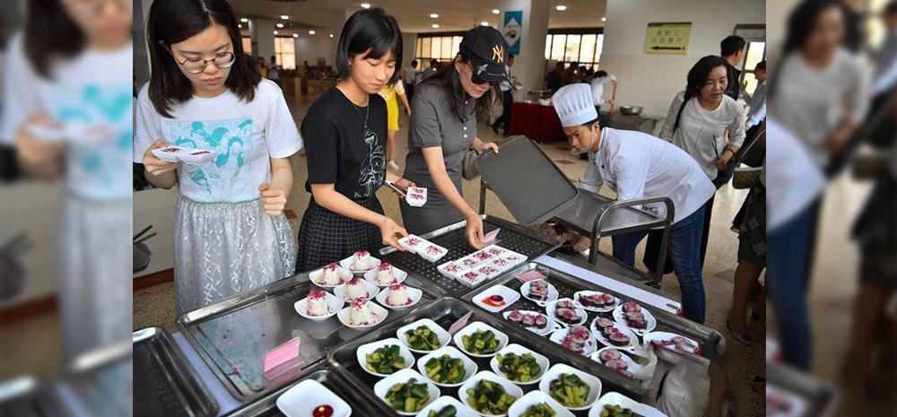โรงอาหารในมหาวิทยาลัยยูนนานวางขายอาหารที่ทำจากดอกกุหลาบ
