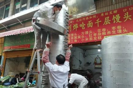 ร้านหมั่นโถวแห่งหนึ่งในเมืองคุนหมิงเป็นที่ดึงดูดความสนใจใช้ซึ้งนึ่งหมั่นโถวความสูงถึงตึก 2 ชั้น