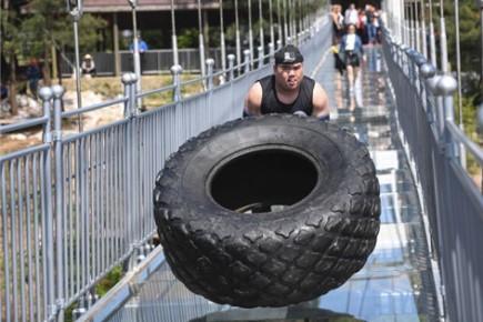 ชายจีน-รัสเซีย-ยูเครน แข่งพลิกยางยักษ์กลางสะพานกระจกยาวสุดในโลก