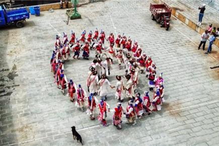 ผู้สืบสารมรดกทางวัฒนธรรมของเขตปกครองตนเองชนชาติทิเบต-ตี๋ชิ่ง (7) คุณหลี่  ปี้ชิง นักเต้นหลักของระบำอาฉือมู่กัวของชนชาติลี่ซู  ร้องเพลงเพื่อฉลองชีวิตที่มีความสุขทั้งปี 365 วัน