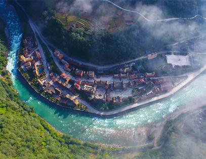 ณ หมู่บ้านตู๋หลงเจียง มณฑลยูนนาน ภูเขาสวยแม่น้ำใส