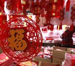 """ชาวจีนออกซื้อ """"เหนียนฮั่ว"""" ต้อนรับเทศกาลตรุษจีน"""
