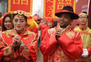 หนุ่มแอฟริกาสัมผัสพิธีแต่งงานแบบจีน