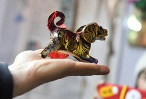 ศิลปินพื้นบ้านหนานจิงเร่งทำโคมไฟสุนัขรับตรุษจีนปีจอ