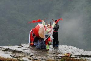 หนุ่มสาวเผ่าเหมียวของจีนเต้นระบำตีกลองพื้นเมือง