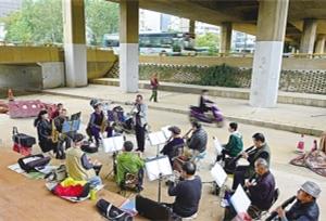 วงดนตรีใต้สะพานลอยต่างระดับซีหย้วน เมืองคุนหมิง