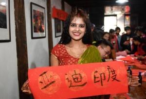 ชาวต่างชาติเที่ยวชนบทจีนสัมผัสประเพณีพื้นบ้านฉลองรับตรุษจีน