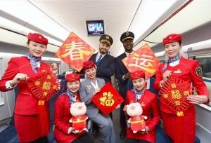 อาสาสมัครนักศึกษาชาวต่างชาติให้บริการบนรถไฟความเร็วสูงจีน