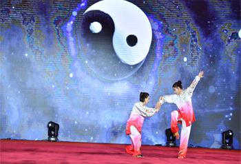 """การแข่งขันศิลปะการต่อสู้แบบดั้งเดิมวูซูชิงถ้วยรางวัลสื่อมวลชนครั้งแรก """"ใต้เมฆสลับสียูนนาน หนึ่งแถบ หนึ่งเส้นทาง"""" เปิดฉากขึ้นที่เมืองคุนหมิง"""