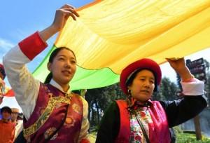 นักท่องในเที่ยวท้องที่ต่างๆ ฉลองปีใหม่ตามปฏิทินทิเบตร่วมกับชาวทิเบตที่เมืองคุนหมิง