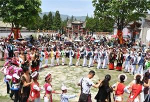 """ชาวชนชาติไป๋ คุนหมิง ยูนนานจัดงาน """"เหราซานหลิง"""" เพื่อดึงดูดนักท่องเที่ยว"""