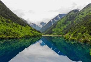 """สวยทุกฤดู! หมู่ทะเลสาบแดน """"จิ่วไจ้โกว"""" ไม้เขียว น้ำคราม ยามร้อนมาเยือน"""