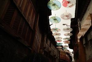 ชมร่มกระดาษที่แขวนประดับประดาทั่วท้องฟ้า ณ เมืองโบราณลี่เจียง