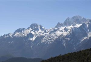 ทัศนียภาพที่สวยงามของเทือกเขาหิมะมังกรหยก เมืองหลี่เจียง มณฑลยูนนาน