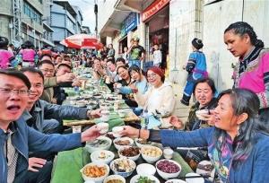 หงเหอ ยูนนาน ร่วมกันจัดงานเลี้ยงฉลองด้วยการตั้งโต๊ะบนถนนยาวเหยียด