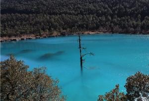 ทิวทัศน์ของเทือกเขาหิมะและทะเลสาบ งดงามจนทำให้นักท่องเที่ยวหลงใหล